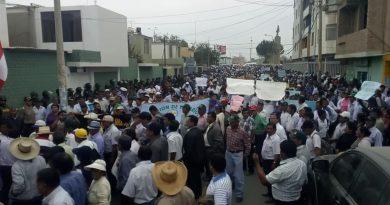 Cientos de agricultores salieron a las calles a protestar por el incremento del arroz, exigen al gobierno proteger a sus productores